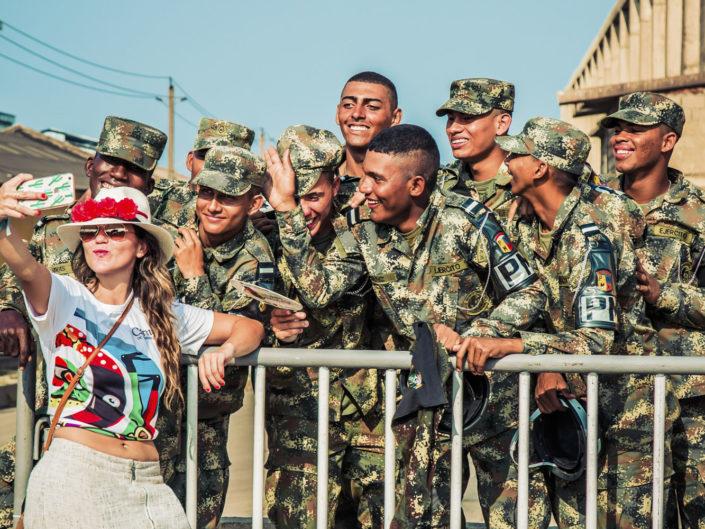 Selfie con los soldados - Carnavales y Fiestas de Colombia - Juan Diego Pinzón